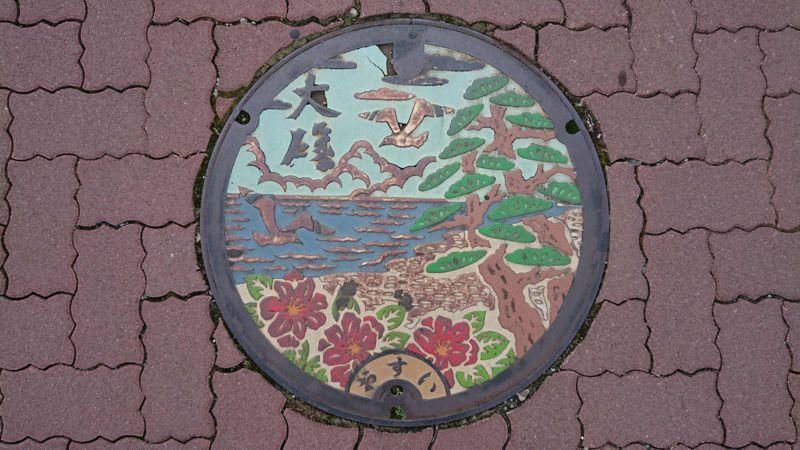 神奈川県中郡大磯町のマンホール(サザンカ、クロマツ、カモメ)[カラー1]