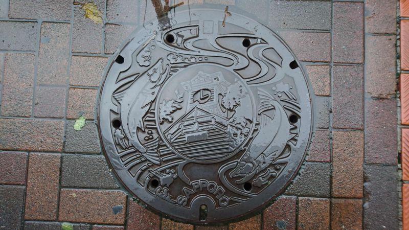 北海道札幌市のマンホール(時計台、豊平川のサケ)