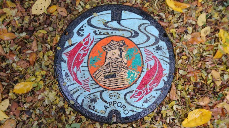 北海道札幌市のマンホール(時計台、豊平川のサケ)[カラー]