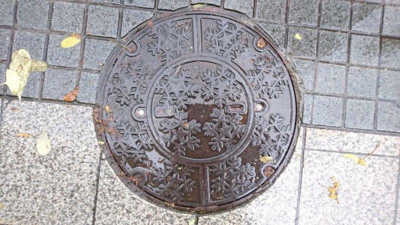 北海道札幌市のマンホール(雪の結晶)