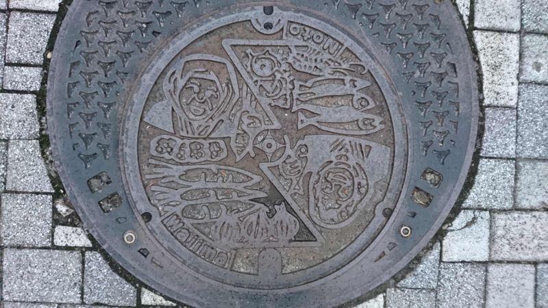 石川県輪島市のマンホール(朝市のおばさん)