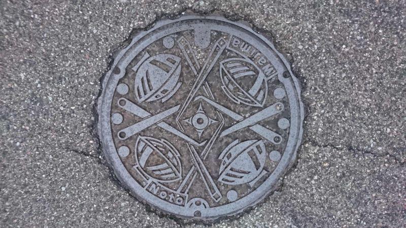 石川県輪島市のマンホール(輪島塗りのお椀と箸)