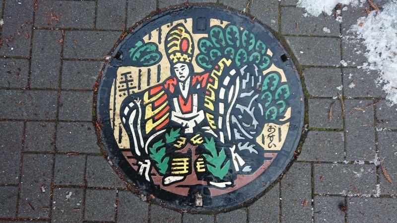 東京都八王子市のマンホール(八王子車人形・演目三番叟)[カラー]
