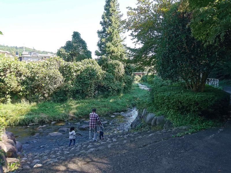 胡桃沢川で遊ぶ親子