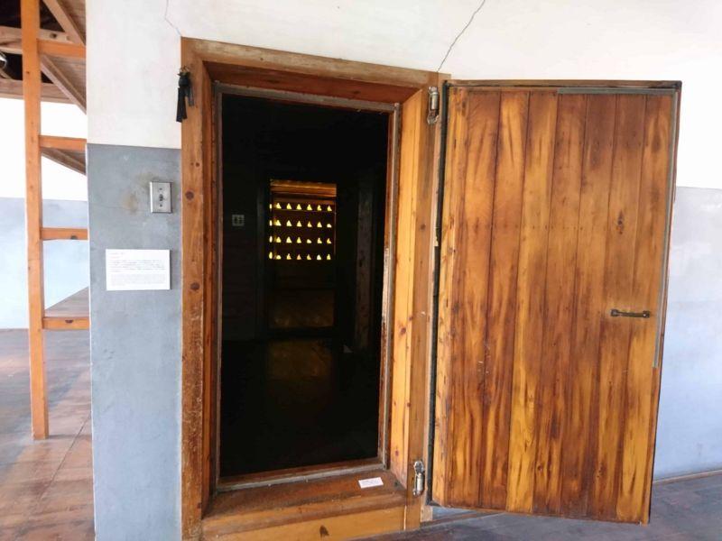 扉の奥に光る物体