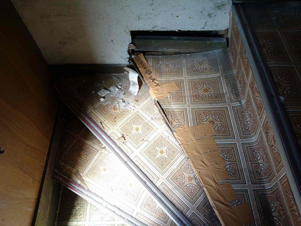 床が抜けた階段