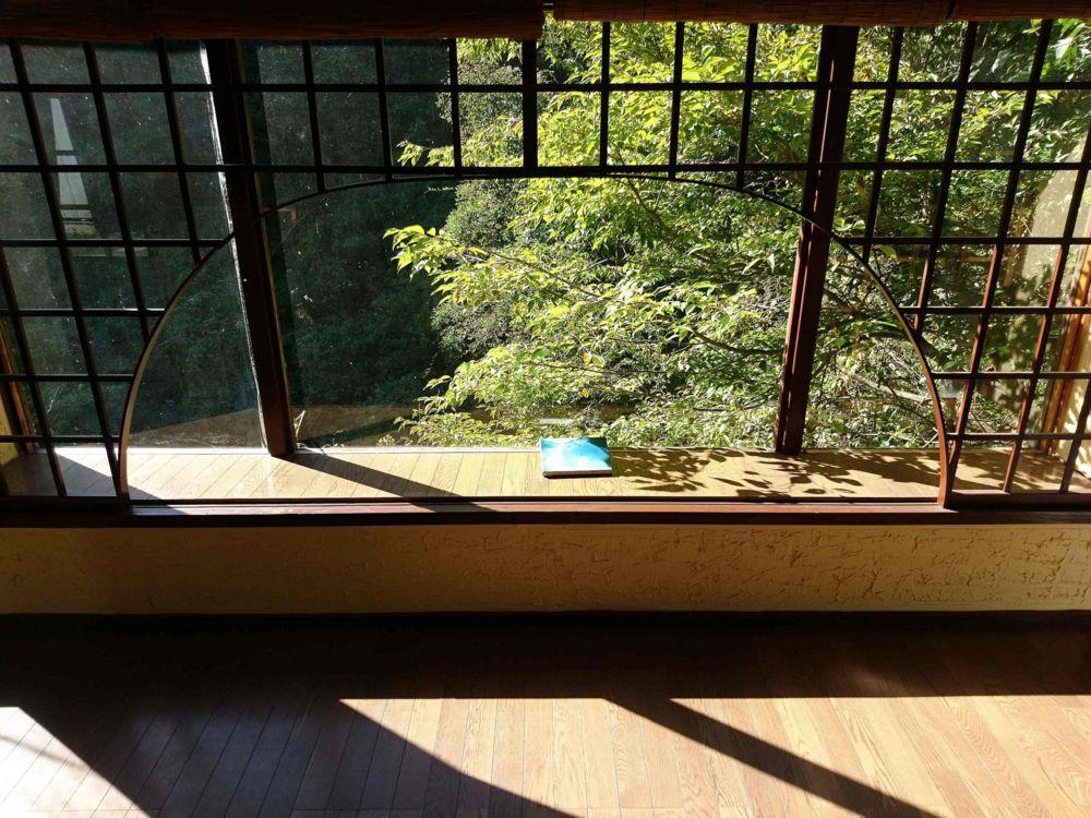 窓の外に流れる川