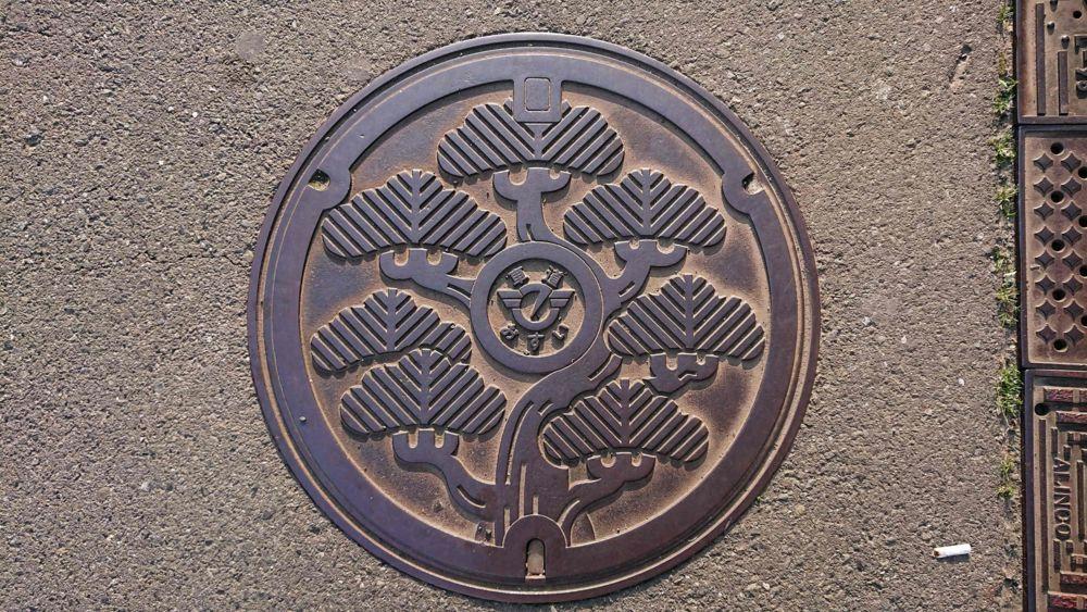 神奈川県藤沢市のマンホール(くろまつ)