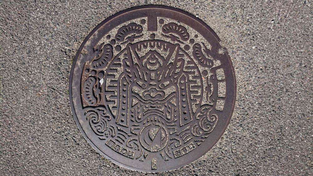 兵庫県南あわじ市のマンホール(旧西淡町、鬼瓦、クロマツ、波)