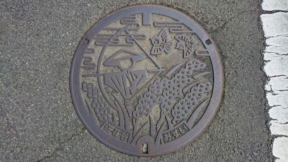 愛媛県伊予市のマンホール(旧中山町、案山子、稲穂 スズメ)
