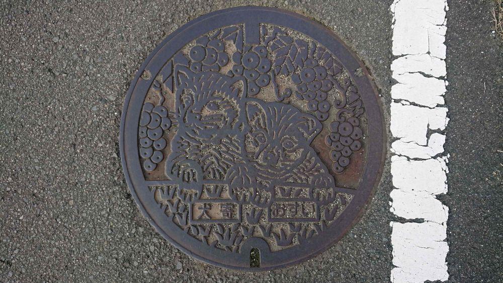 愛媛県伊予市のマンホール(旧中山町、イヌ、ブドウ)