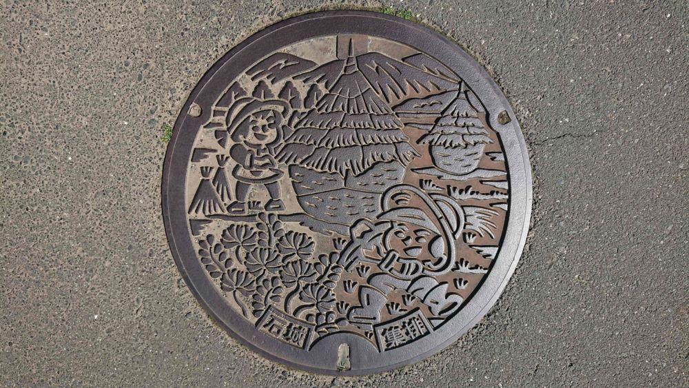 愛媛県西予市のマンホール(旧宇和町、わらぐろ、男の子、女の子)