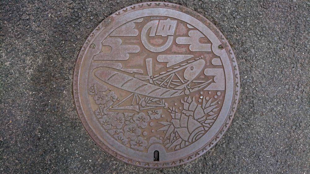 香川県仲多度郡まんのう町のマンホール(旧仲南町、カラス型飛行器、ウメ、タケノコ)