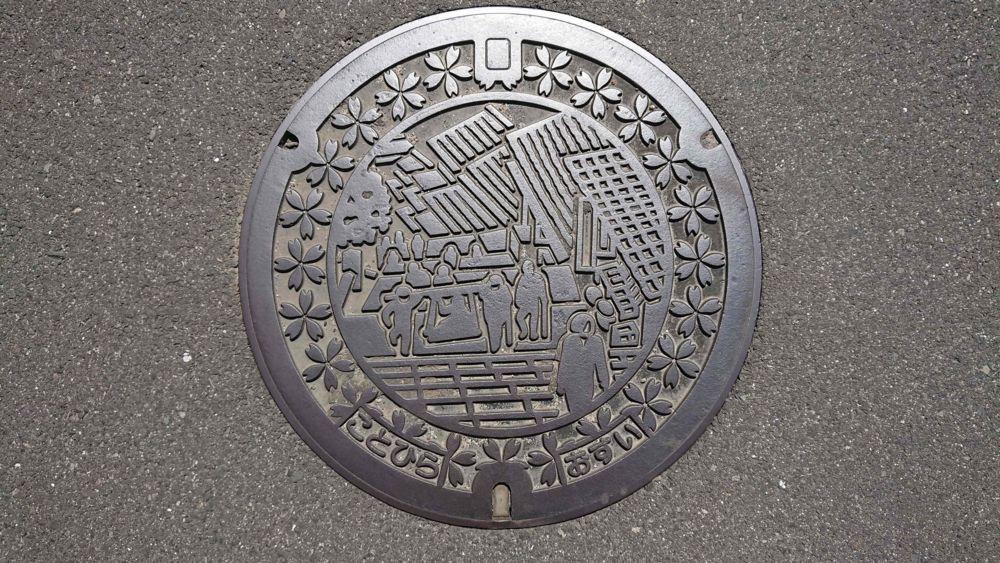 香川県仲多度郡琴平町のマンホール(金刀比羅宮の石段、サクラ)