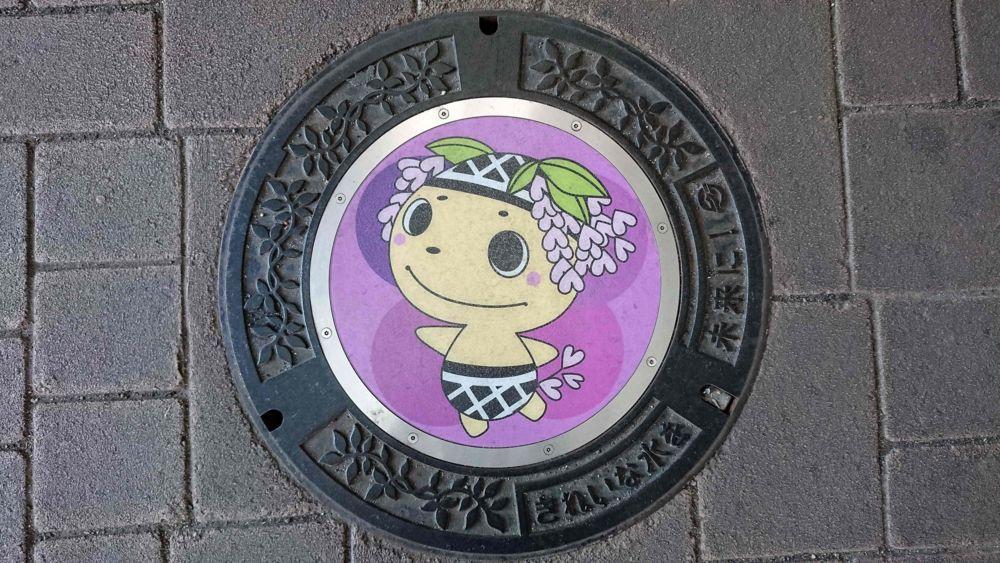 岡山県倉敷市のマンホール(くらモニちゃん)