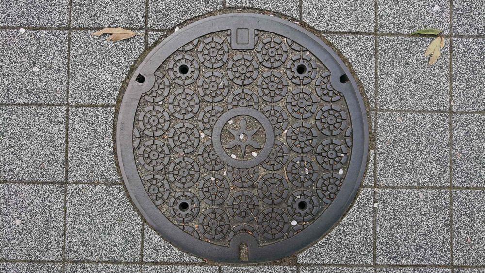 京都府京都市のマンホール(御所車の車輪)