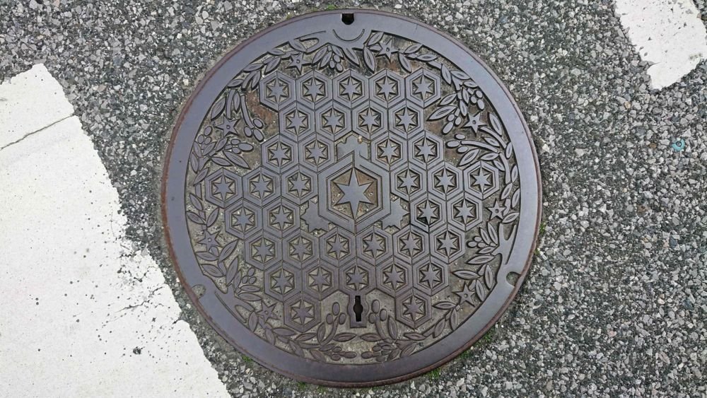 滋賀県彦根市のマンホール(市章、たちばな)