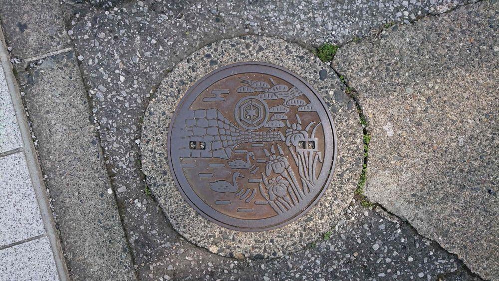 滋賀県彦根市の小型マンホール(彦根城の石垣、白鳥、松、ハナショウブ)