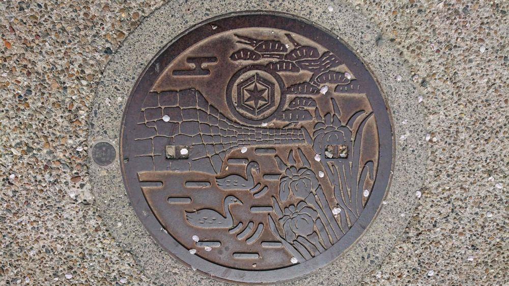 滋賀県彦根市のマンホール(彦根城の石垣、白鳥、松、ハナショウブ)