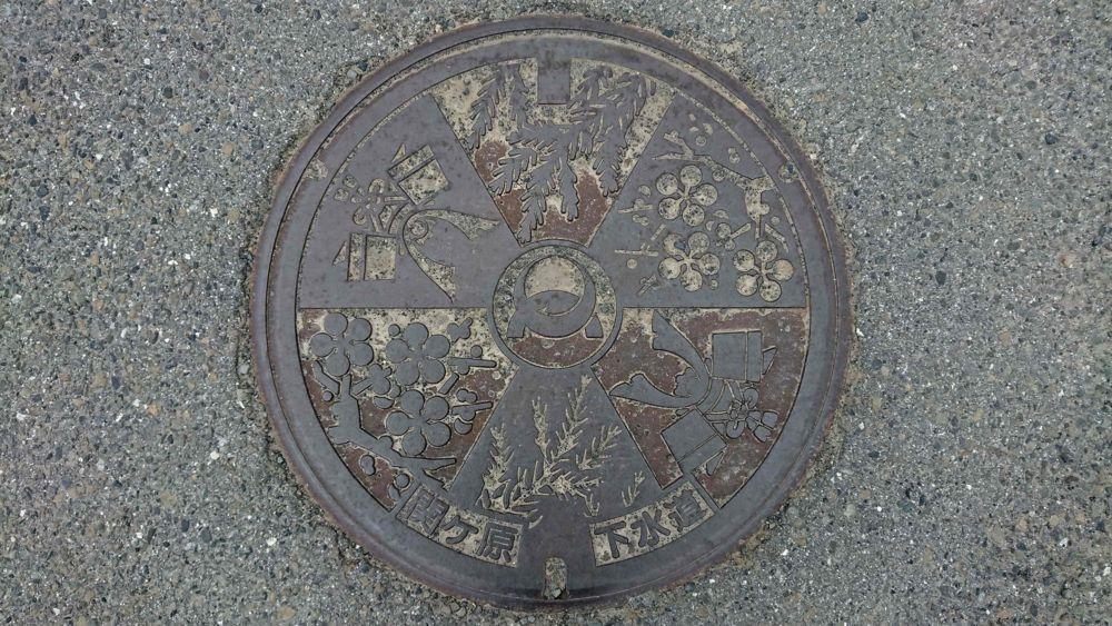 岐阜県不破郡関ヶ原町のマンホール(ウメ、スギ、兜)