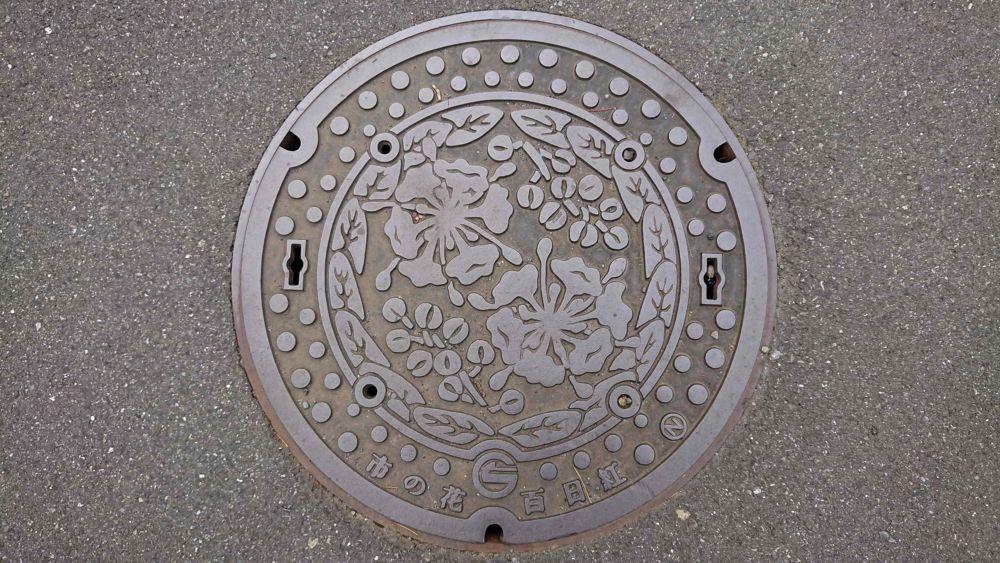 東京都調布市のマンホール(サルスベリ)