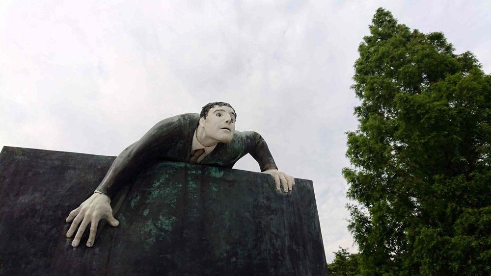 ジュリアーノ・ヴァンジ「壁をよじ登る男」