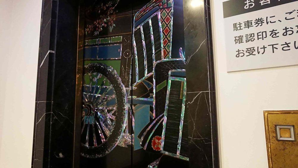 雅叙園の豪華なエレベーター
