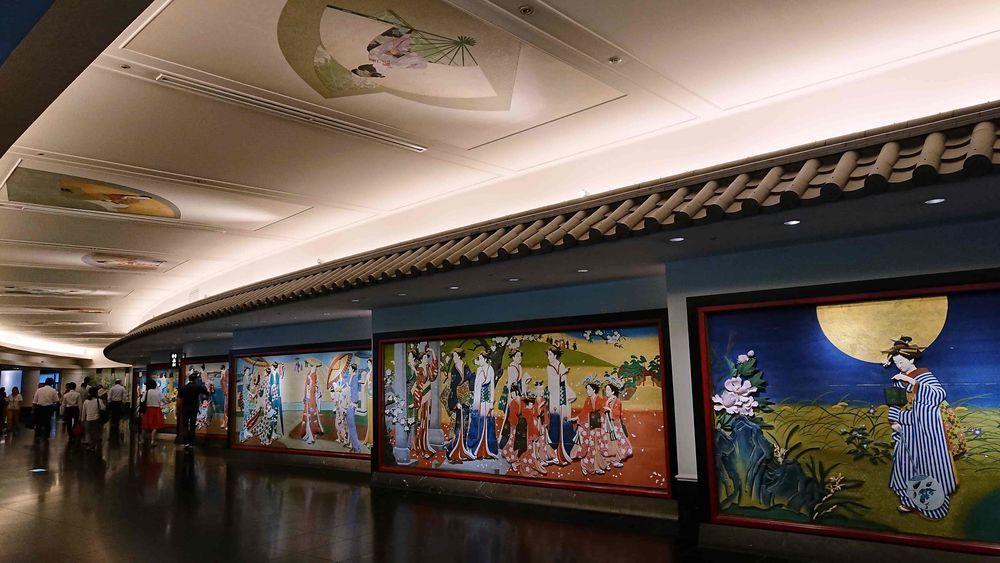 回廊の彩色木彫板と天井装飾画