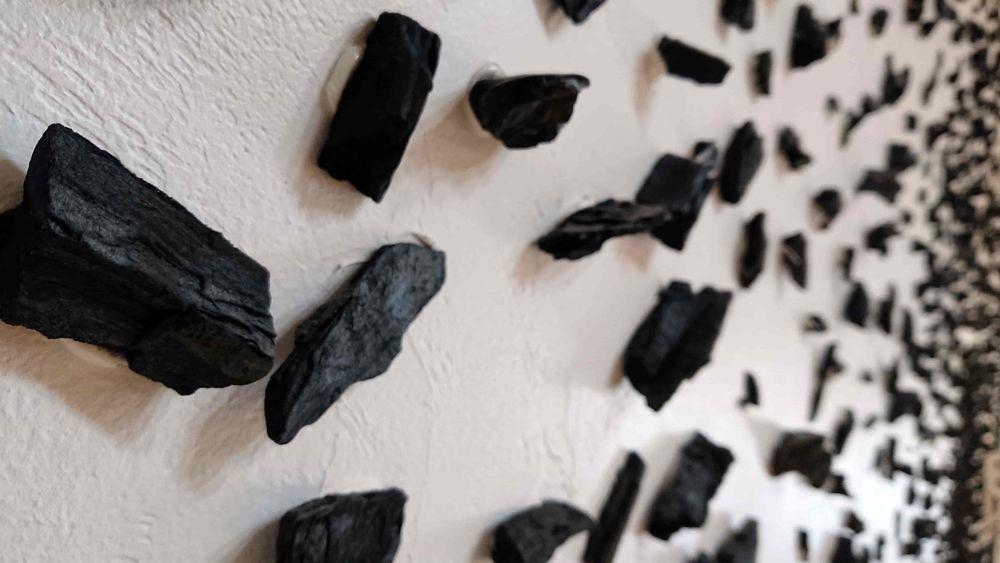 天井や壁に貼られた炭