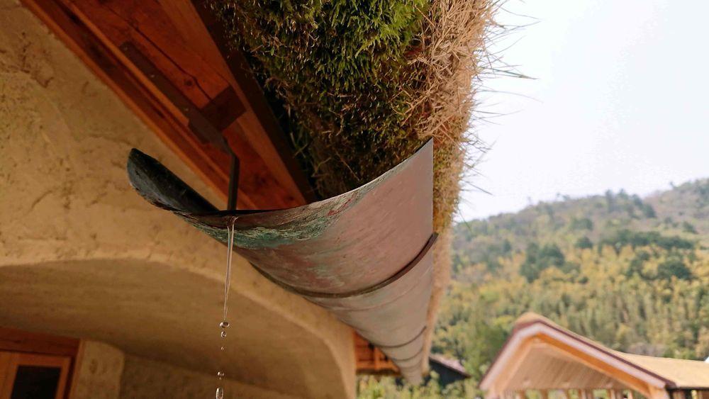 屋根から水が滴る様子