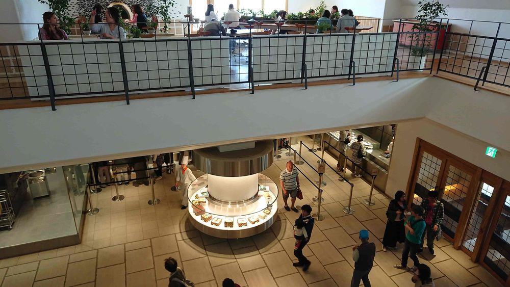 中央階段から1階を見下ろす