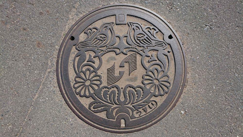 茨城県ひたちなか市のマンホール(ハマギク、ウグイス)