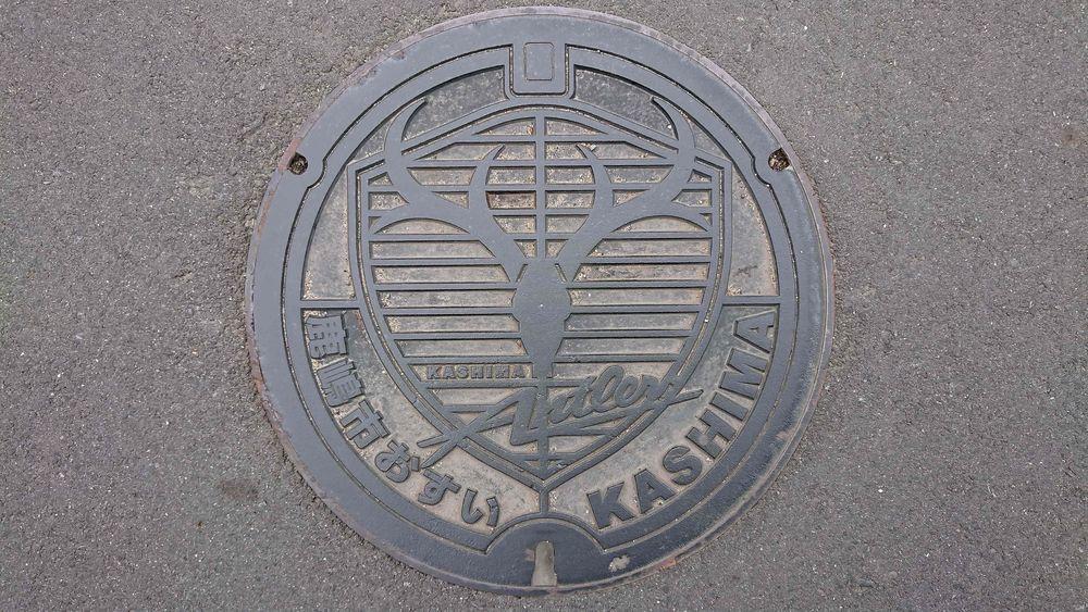 茨城県鹿嶋市のマンホール(鹿島アントラーズチームエンブレム)