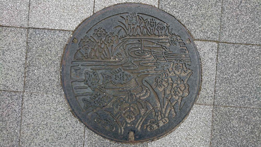 千葉県香取市のマンホール(あやめ、水郷佐原の原風景)