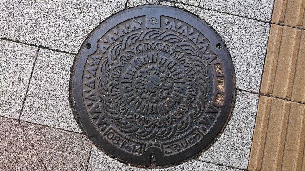 静岡県浜松市のマンホール(波、ビル、山)