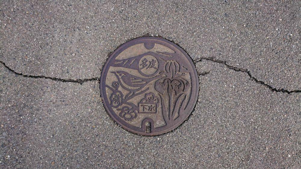 三重県桑名市のハンドホール(旧多度町、アヤメ、ウメ、ウグイス)