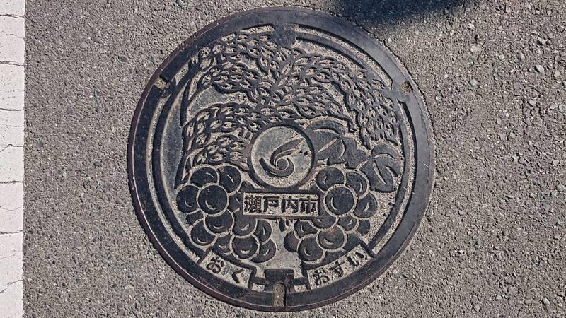 岡山県瀬戸内市のマンホール(ピオーネ、あけぼの米)