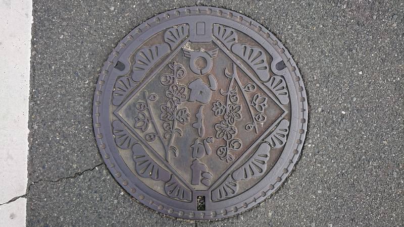 岡山県浅口市のマンホール(旧鴨方町、桃の花、クロマツ)