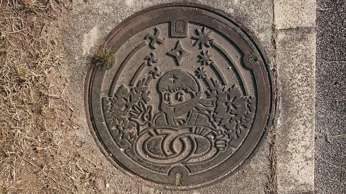 三重県伊賀市のマンホール(旧伊賀町、伊賀忍者、卍字剣、八方手裏剣、十方手裏剣)