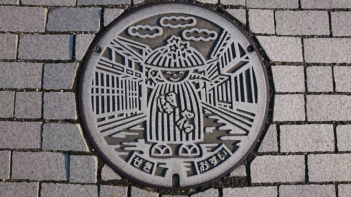 三重県亀山市のマンホール(旧関町、関宿の町並み、アスレ)[グレー]