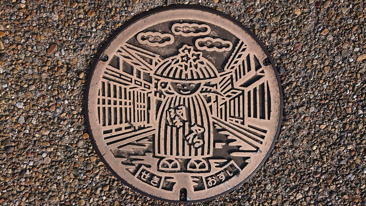 三重県亀山市のマンホール(旧関町、関宿の町並み、アスレ)[オレンジ]