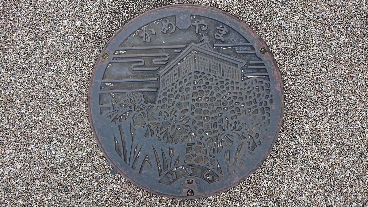 三重県亀山市のマンホール(亀山城多聞櫓、ハナショウブ)