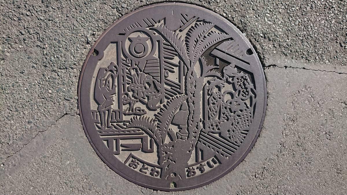 愛知県豊川市のマンホール(旧音羽町、東海道五十三次・赤坂宿舎招婦図)