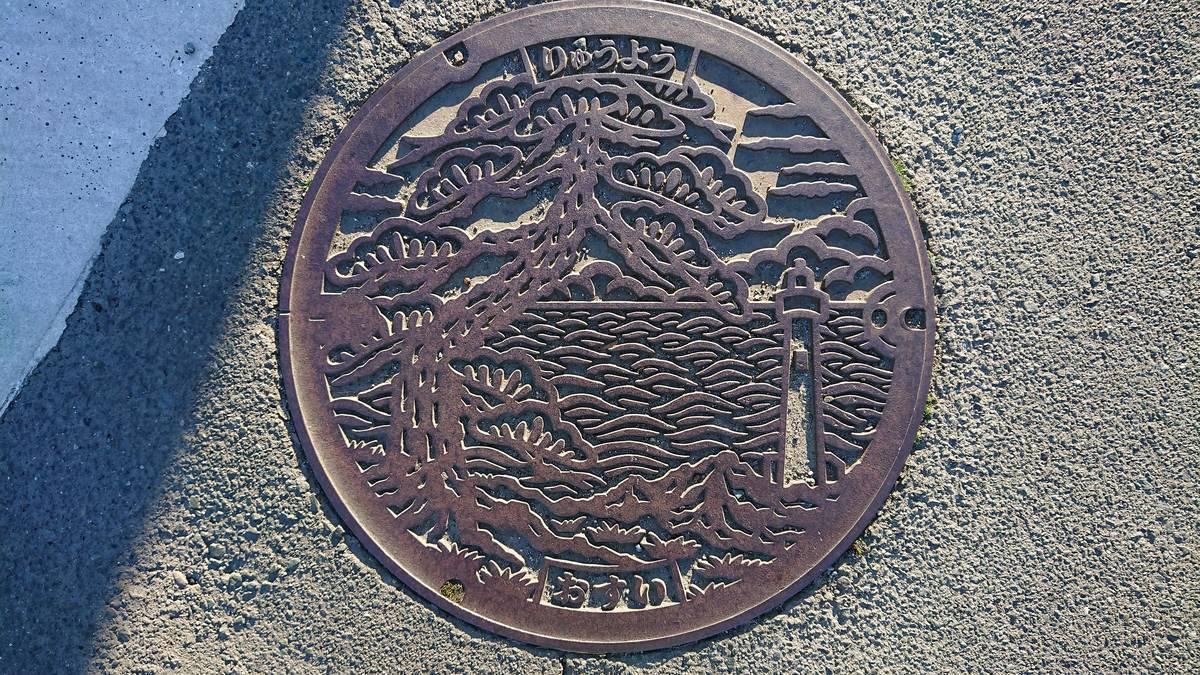 静岡県磐田市のマンホール(マツ、太平洋、掛塚灯台)