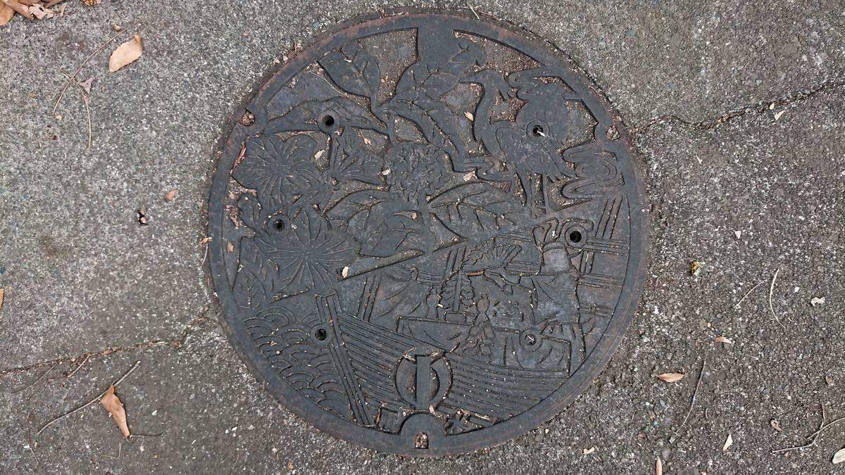 神奈川県足柄上郡中井町のマンホール(シラサギ、キキョウ、キンモクセイ、鷺の舞)