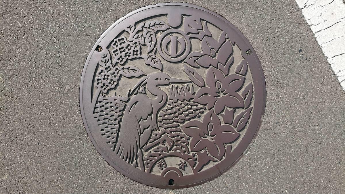 神奈川県足柄上郡中井町のマンホール(シラサギ、キキョウ、キンモクセイ)