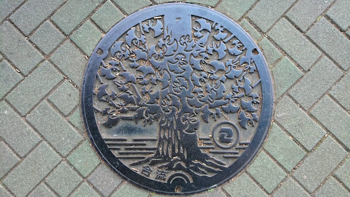 東京都狛江市のマンホール(イチョウ)