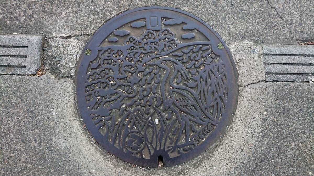 東京都狛江市のマンホール(多摩川五本松、コサギ)