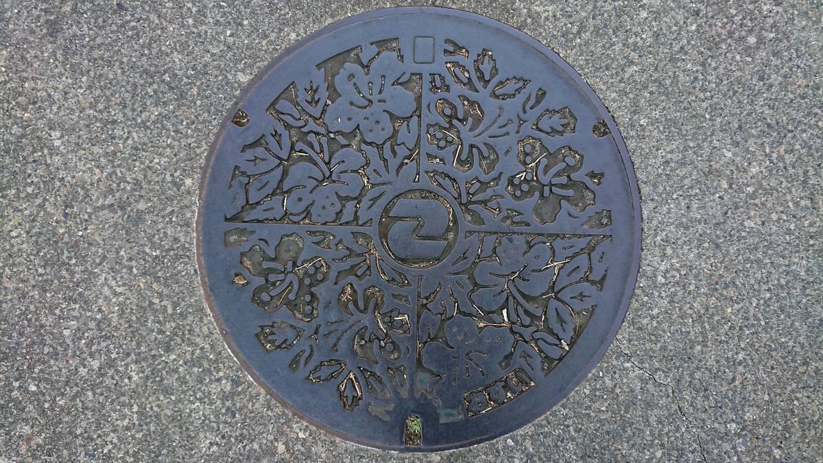 東京都狛江市のマンホール(ツツジ)