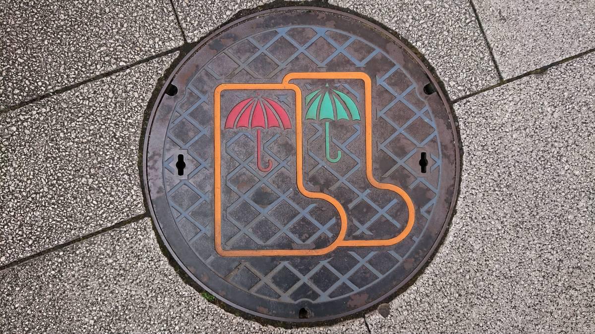 東京都多摩市のマンホール(長靴、雨傘)[カラー]